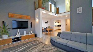 Salon z antresolą w domu jednorodzinnym