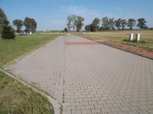 Działki w Sadach – miejsca parkingowe wzdłuż ulicy
