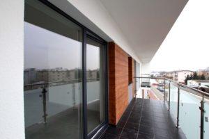 Balkon przy salonie Nowe Mieszkania w Sadach. Deweloper S-Dom