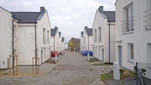 Osiedle Czubryj Komorniki to gotowe domy na sprzedaż od dewelopera Yard Development. W mojej opinii plusem osiedla są jego niewielkie rozmiary.